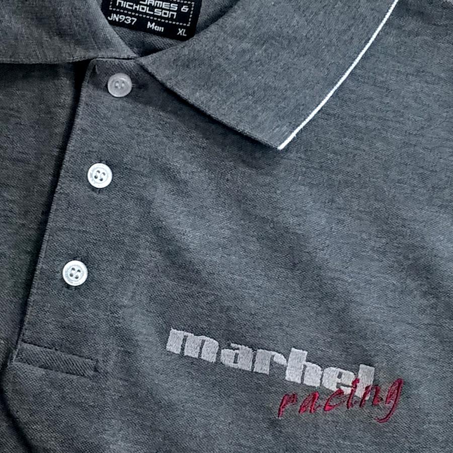Gesticktes Logo auf Polo-Shirt