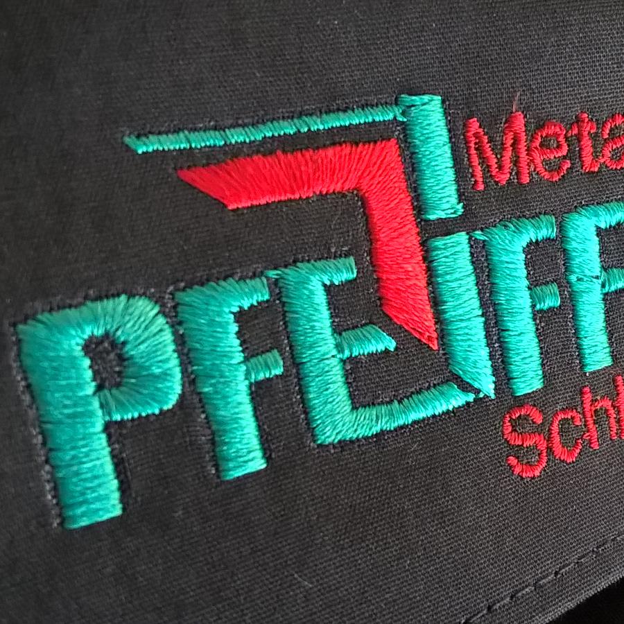 Gesticktes Logo auf Hemdkragen
